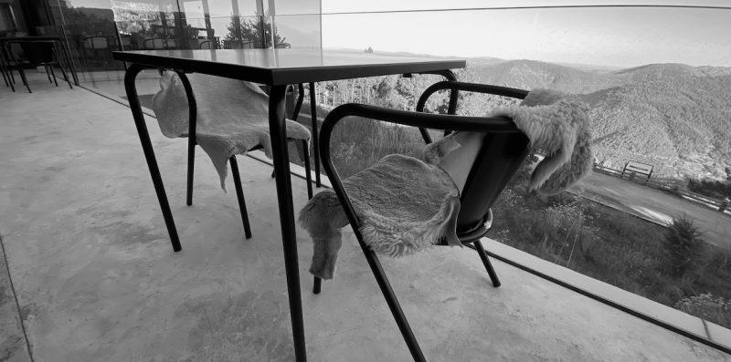 Peau de mouton et chaise en métal